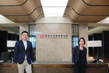 新世界發展有限公司科技及數碼服務總經理黃耀明(左)及人力資源部總監趙慧嫻。