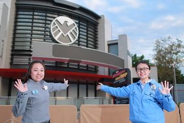 (右起)營運部組長黃詠彤(Jessica)及商品部一級款待專員梁順樺(Joanne)。