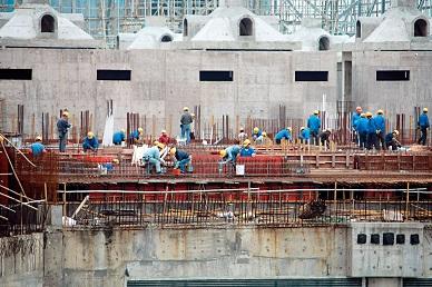 本港的建造項目繁多,政府預留二億元撥款擴大建造學徒計畫,亦鼓勵推動工程監督系統數碼化。