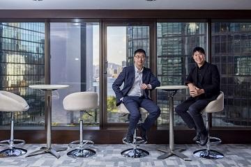 (左起)香港大學專業進修學院金融商業學院署理總監楊仕名及副總監陳耀光博士。