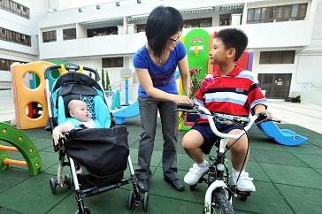 《預算案》擬對「鄰里支援幼兒照顧計畫」(下稱照顧計畫)增加撥款,預料涉及每年約五千二百萬元額外經常撥款,以加強社區保母的訓練,改善服務質素。