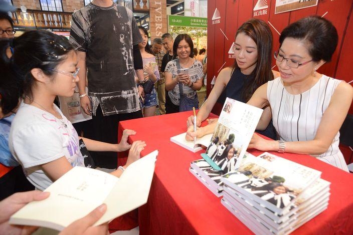資深職業治療師麥何小娟 (左一) 與麥明詩兩母女 (資料圖片)